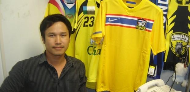 ทีมชาติไทย เปิดชุดแข่งใหม่ เมื่อประมาณวันที่ 8 พฤศจิกายน 2553 โดยจะใช้งานระหว่างปี 2010-2012 โดยประเดิมด้วย การแข่งขันฟุตบอลชิงแชมช์แห่งชาติอาเซียน AFF Suzuki Cup 2010 โดยรอบแรกแข่งที่ประเทศ อินโดนีเซีย จำนวน 3 นัด ส่วนรอบรองฯ แข่งแบบเหย้า เยือน รวมถึงรอบชิงชนะเลิศ หวังเหลือเกินครั้งนี้ไทยเราคงสมหวังซะที กลับ มาเรื่อง Review เสื้อแข่งใหม่ของทีมชาติไทยอีกครั้ง ผมคงไม่ถึงขนาดมานั่งรีวิวเองแน่ๆ 55 […]
