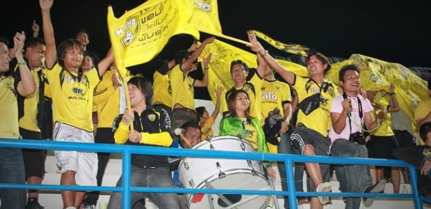"""ในฤดูกาลนี้ 2012 น้องๆ เหล่าแฟนคลับ ขอนแก่น เอฟซี รวมตัวกันในนาม """"ขอนแก่น สู้สู้"""" Khon Kaen SUSU มีพันธกิจในการเชียร์ทีมรัก เปิดสนาม ซึ่งวันนี้พบกับ กัลฟ์ สระบุรี มาติดตามพันธกิจของสมาชิกกลุ่มนี้กันสักหน่อย ซึ่งถือว่าเป็นกลุ่มเชียร์น้องใหม่ ที่เกิดขึ้นในปีนี้ เริ่มจากขนของ ตะลอนด้วยน้องกบน้อย เคโระ ของ Hana KKSS ดูการบรรทุกสิครับ โหดจริงๆ อัดกันเข้าไป ทั้งกลอง […]"""