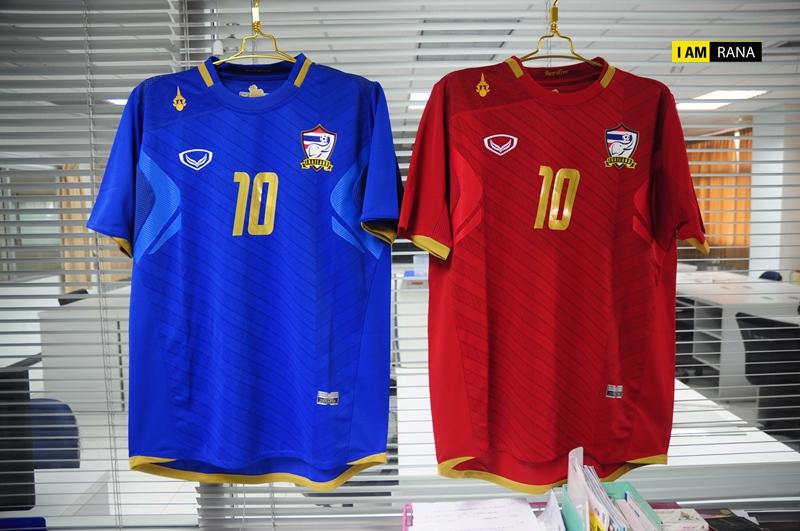 ได้มาแล้วววว กรี๊ดดด!!!!! เสื้อฟุตบอลทีมชาติไทย 2012 ทั้งเหย้า (แดง) ทั้งเยือน (น้ำเงิน) อยากบอกว่างามมาก