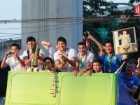 ประมวลภาพชาวไทยต้อนรับฮีโร่ทีมชาติไทย แชมป์ AFF Suzuki Cup 2014 กลับบ้าน