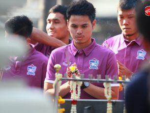 นักเตะทีมชาติไทย ทีมงานสต๊าฟไหว้สักการะศาลหน้าสนามราชมังคลากีฬาสถาน ก่อนเกมส์พบญี่ปุ่น